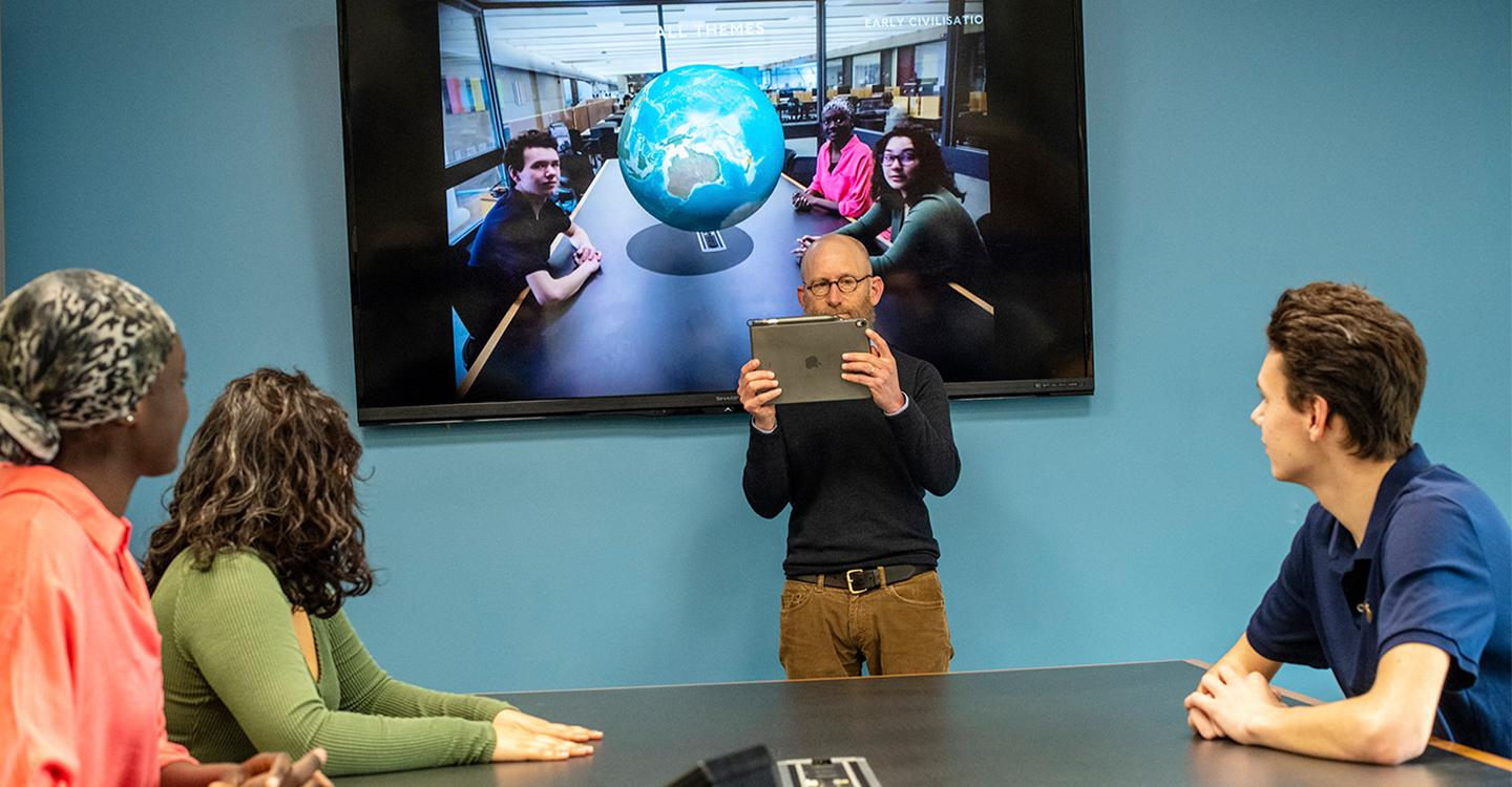 Eric Williams-Bergen introduces the Sophomore Journeys Digital Scholarship Fellows to the new augmented reality software